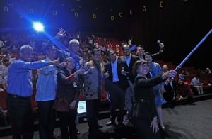 Seskab berfoto bersama saat acara sosialisasi Perpres Nomor 16 tahun 2018 tentang Pengadaan Barang/Jasa Pemerintah di Theatre Studio XXI Epicentrum, Kuningan, Jakarta, Kamis (19/4). (Foto: Humas/Jay)
