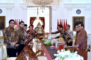 Presiden Jokowi menerima IHPS II Tahun 2017, yang diserahkan Ketua BPK Moermahadi Soerja Djanegara, di Istana Merdeka, Jakarta, Kamis (5/4) siang. (Foto: Agung/Humas)