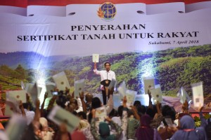 Presiden menyerahkan sertifikat hak atas tanah untuk rakyat Kabupaten Sukabumi dan sekitarnya, di Lapangan Sekarwangi, Kecamatan Cibadak, Kabupaten Sukabumi, Sabtu (7/4). (Foto: Humas/Agung).
