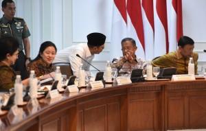 Para menteri Kabinet Kerja bersiap mengikuti rapat terbatas menghadapi Idul Fitri 1439H/2018M, di Kantor Presiden Jakarta, Kamis (5/4) sore. (Foto: JAY/Humas)