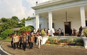 Presiden Jokowi berjalan bersama para budayawan di halaman Istana Merdeka, Jakarta, Jumat (6/4) sore. (Foto: Humas/Jay).