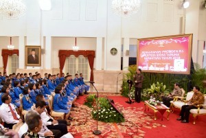 The atmosphere when President Jokowi received 365 class XI students' Batch 27 Taruna Nusantara Senior High School Magelang, at the State Palace, Jakarta, Monday (9/4). (Photo by: Public Relations/Oji)