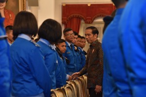 Presiden Jokowi menerima 365 siswa-siswi kelas XI Angkatan 27 SMA Taruna Nusantara Magelang, di Istana Negara, Jakarta, Senin (9/4). (Foto: Humas/Oji))