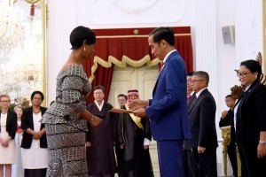 President Jokowi receives Letter of Credence from one of the Ambassadors of friendly countries, at Merdeka Palace, Jakarta, Wednesday (4/4) (Photo: Agung/PR)