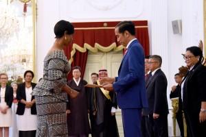 Presiden Jokowi menerima surat kepercayaan salah seorang dari 11 duta besar negara sahabat, di Istana Merdeka, Jakarta, Rabu (4/4) siang. (Foto: Agung/Humas)