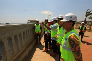 Kementerian PUPR saat meninjau pekerjaan tanggul di Kelurahan Kali Baru, Jakarta, Jumat (13/4). (Foto: Kementerian PUPR).