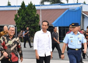 West Java Governor welcomes President Jokowi in Bandung, Tuesday (17/4). (Photo by: Bureau of Press and Media Secretariat of President)