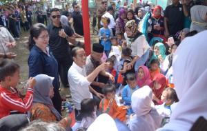 Presiden Jokowi saat meninjau kegiatan sosialisasi cegah stunting atau gizi buruk di Puskesmas Bantar Gadung, Sukabumi, Minggu (8/4). (Foto: Humas/Jay).
