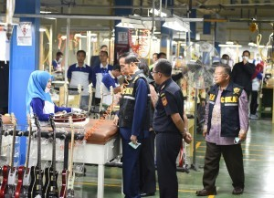 President Jokowi attends the event of Permit Process Online and Customs Facilities, at PT Samick Indonesia, Cileungsi, Bogor, West Java, on Tuesday (27/3). (Photo by: Anggun).