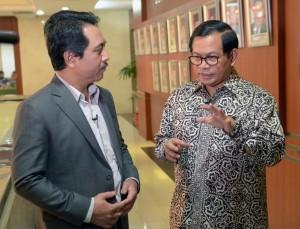 Seskab Pramono Anung saat berbincang dengan wartawan Medcom.Id, di Gedung III Kemensetneg, Jakarta, Rabu (4/4) siang. (Foto: Deni S/Humas)