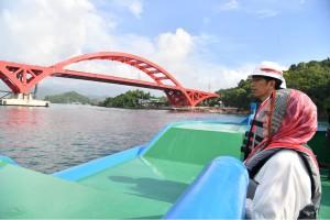 Presiden Jokowi didampingi Ibu Negara Iriana saat meninjau pembangunan jembatan Holtekamp, Kamis (12/4). (Foto: BPMI)