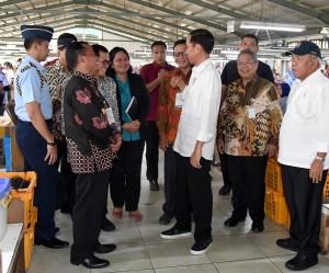 Presiden saat mengunjungi pabrik bulu mata dan rambut palsu, di Purbalingga, Senin (23/4). (Foto: BPMI)