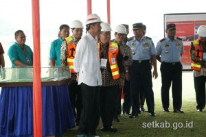 President Jokowi inspects the construction of General Soedirman Airport in Purbalingga, Central Java, Monday (23/4). (Photo by: Public Relations Division of Cabinet Secretariat/Dinda).