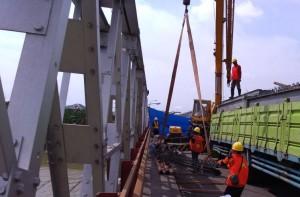 Proses evakuasi bentang ke-3 Jembatan Cincin Lama yang runtuh, Sabtu (21/4). (Foto: Kementerian PUPR)