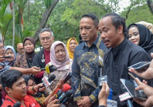 Chairman of Indonesian Fashion Chamber (IFC) answers questions from journalists after meeting with President Jokowi at Bogor Presidential Palace, Thursday (26/4). (Photo by: Public Relations Division of Cabinet Secretariat/ Agung).