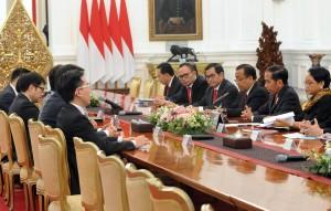 President Jokowi receives Chief Executive of Hong Kong at the Merdeka Palace, Jakarta, Wednesday (25/4). (Photo by: Public Relations Division of Cabinet Secretariat/Rahmat).