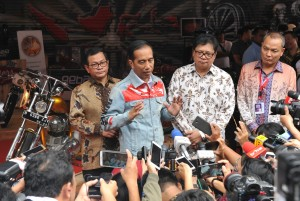 President Jokowi answers reporters' question after the 2018 Indonesia International Motor Show (IIMS) at JI-Expo Kemayoran, Jakarta, Thursday (19/4). (Photo by: Public Relations Division/Jay)