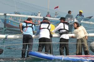 President Jokowi observes floating net cages at Cikidang Fish Landing Port, Babakan Village, Pangandaran Regency, West Java, Tuesday (24/4).(Photo: PR/Oji)