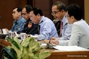 Ditjen Pajak Robert Pakpahan dan Ditjen Bea dan Cukai Heru Pambudi memberikan keterangan pers, di Aula Juanda Kementerian Keuangan, Jakarta, Rabu (4/4) lalu. (Foto: Humas Kemenkeu)