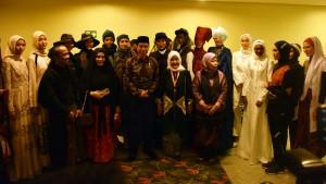 Presiden Jokowi berfoto bersama panitia dan peserta Muslim Fashion Festival (Mufest) Indonesia Tahun 2018, di Plenary Hall, JCC, Jakarta, Kamis (19/4) siang. (Foto: Deni S/Humas)