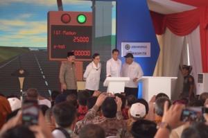 President Jokowi at the inauguration of Ngawi-Kertosono Toll Road (Ngawi-Wilangan Section), at Madiun Toll Gate, Bagi Village, Madiun Regency, East Java Province on Thursday (29/3). (Photo: PR / Oji).