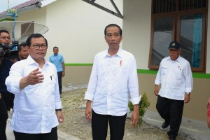 President Jokowi inspects the fisherman's housing project in Pangandaran, West Java, Tuesday (24/4). (Photo by: Public Relations Division of Cabinet Secretariat/Oji).