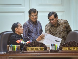 President Jokowi discusses with Vice President and Cabinet Secretary before a Limited Meeting on the Enhancement of Cooperation between Indonesia and the South Pacific Countries, at the Presidential Office, Jakarta, Friday (4/5) (Photo: Human Relations Division/Agung).