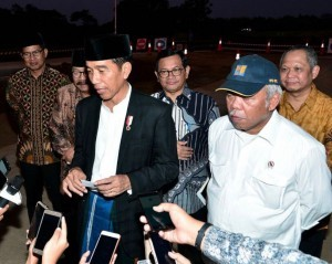 President Jokowi responds to reporters' questions after observing Gempol-Pasuruan Toll Road Section II, in Pasuruan, East Java, on Saturday (12/5) (Photo by: Presidential Secretariat)