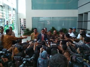 President Jokowi gives his statement to the journalists after attending an event at JI Expo Kemayoran, Jakarta, Monday (14/5) (Photo: Human Relations Division/Risdiana).