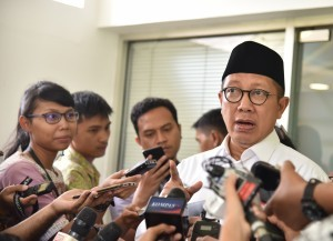 Minister of Religious Affairs Lukman Hakim Saifuddin responds to reporters' questions at the Presidential Office, Jakarta, on Tuesday (15/5) (Photo: Nia/PR)