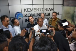 Minister of Communication and Informatics Rudiantara accompanied by representatives of social media platform providers responds to reporters' questions at the Ministry's office, Jakarta, on Tuesday (15/5)