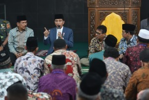 President Jokowi answers questions from community during a dialogue at Jamiatul Huda Mosque, Padang, West Sumatra, Monday (21/5) afternoon (Photo: Human Relations Division/Rahmat).