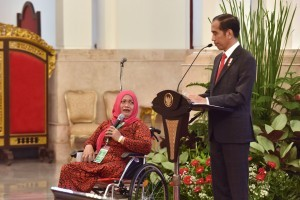 President Jokowi has a dialog with a holder of Healthy Indonesia Card (KIS) at the State Palace, Jakarta, on Wednesday (23/5) (Photo: PR/Oji)