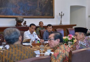 President Jokowi leads a limited meeting on hajj fund management at the Bogor Presidential Palace, West Java, Thursday (26/4) (Photo: PR/Agung).