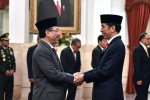 Presiden Jokow memberikan ucapan selamat kepada Yahya C, Staquf usai dilantik sebagai anggota Wantimpres, di Istana Negara, Jakarta, Kamis (31/5) siang. (Foto: OJI/Humas)