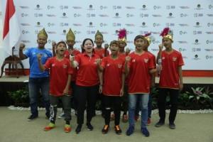 Menko PMK Puan Maharani berpose bersama kontngan anak jalanan Indonesia, di Kantor Kemenko PMK, Jakarta, Selasa (8/5). (Foto: Humas Kemenko PMK)