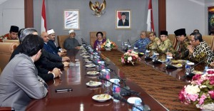 BPIP Lead Adviser Megawati Soekarnoputri receives Sheikh Ahmed el-Tayeb, the Grand Imam of Al-Azhar, Egypt's highest institution of Sunni Islam, in the Cabinet Secretary's Meeting Room, Building III of the Ministry of State Secretariat, Jakarta, Thursday (3/5). (Photo by: Nia/Public Relations Division).