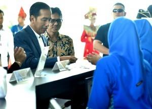 President Jokowi accompanied by Governor of West Sumatra buys Minangkabau Express tickets, at Minangkabau International Airport, Padang Pariaman, Monday (21/5). (Photo by: Rahmat/Public Relations)