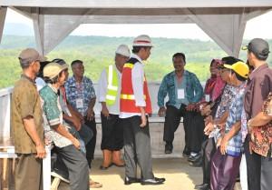 Presiden Jokowi berbincang dengan warga saat meninjau pembangunan Bendungan Kuningan, di Desa Randusari, Kecamatan Cibeureum, Kabupaten Kuningan, Jumat (25/5) pagi. (Foto: JAY/Humas)