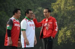 Presiden Jokowi berbincang bersama Seskab dan Menpora sebelum bermain basket dengan Tim DBL, di Istana Kepresidenan Bogor, Jabar, Sabtu (12/5). (Foto: OJI/Humas)