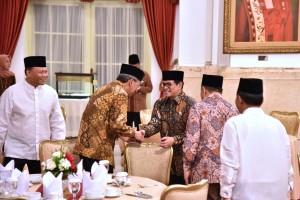 Presiden Jokowi menyambut kedatangan peserta buka puasa bersama Presiden Jokowi dengan pimpinan Lembaga Negara, dan menteri Kabinet Kerja, di Istana Negara, Jakarta, Jumat (18/5) petang. (Foto: OJI/Humas)