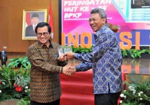 Seskab berjabat tangan dengan Kepala BPKP usai memberikan sambutan dalam acara HUT ke-35 Badan Pengawasan Keuangan dan Pembangunan (BPKP) di Auditorium Kantor BPKP, Jalan Pramuka, Rabu (30/5). (Foto: Humas/Jay).