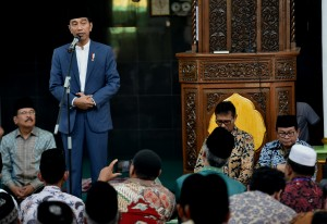 President Jokowi engages in a dialogue with community members at Jamiatul Huda Mosque, Padang, West Sumatra, Monday (21/5). (Photo by: Public Relations Division of Cabinet Secretariat/ Rahmat)