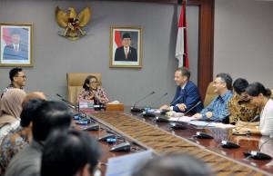 "Waseskab Ratih Nurdiati didampingi Deputi Kemaritiman Satya Bhakti Parikesit memimpin Roudntable Discussion"" di Ruang Rapat Lantai 2, Gedung III Kemensetneg, Jakarta, Senin (28/5) pagi. (Foto: JAY/Humas)"
