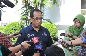 Minister of Transportation Budi K. Sumadi answers the press' questions after accompanying President Jokowi receiving truck drivers, at the State Palace, Jakarta, Tuesday (8/5). (Photo by: JAY/Public Relations).