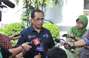 Menhub Budi K. Sumadi menjawab wartawan usai mendampingi Presiden Jokowi menerima pengemudi truk, di Istana Negara, Jakarta, Selasa (8/5) pagi. (Foto: JAY/Humas)