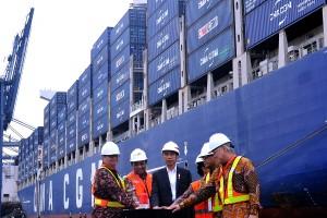 Presiden Jokowi didampingi sejumlah pejabat menekan sirine tanda dimulainya ekspor dengan kapal besar ke AS, di JICT Tanjung Priok, Jakarta, Selasa (15/5) sore. (Foto: Agung/Humas)