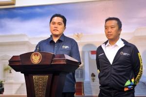 Ketua INASGOC Erick Thohir didampingi Menpora menyampaikan keterangan kepada pers usai rapat terbatas, di Kantor Presiden, Jakarta, Senin (28/5) siang. (Foto; AGUNG/Humas)