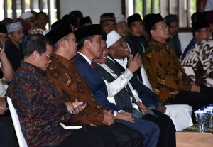 President Jokowi talks to the leaders of Ikhwanul Mubalighin during National Conference (Halaqoh) of Hubbul Wathon and Declaration of the National Movement of Islamic Preachers for State Defense (GN-MBN) at Pondok Gede Hajj Dormitory, Jakarta, Monday (14/5). (Photo by: Public Relations Division of Cabinet Secretariat/JAY).