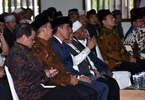 Presiden Jokowi berbincang dengan pimpinan Ikhwanul Muballighin saat Halaqoh Nasional Hubbul Wathon dan Deklarasi Gerakan Nasional Muballigh Bela Negara di Asrama Haji Pondok Gede, Jakarta, Senin (14/5) siang. (Foto: JAY/Humas)